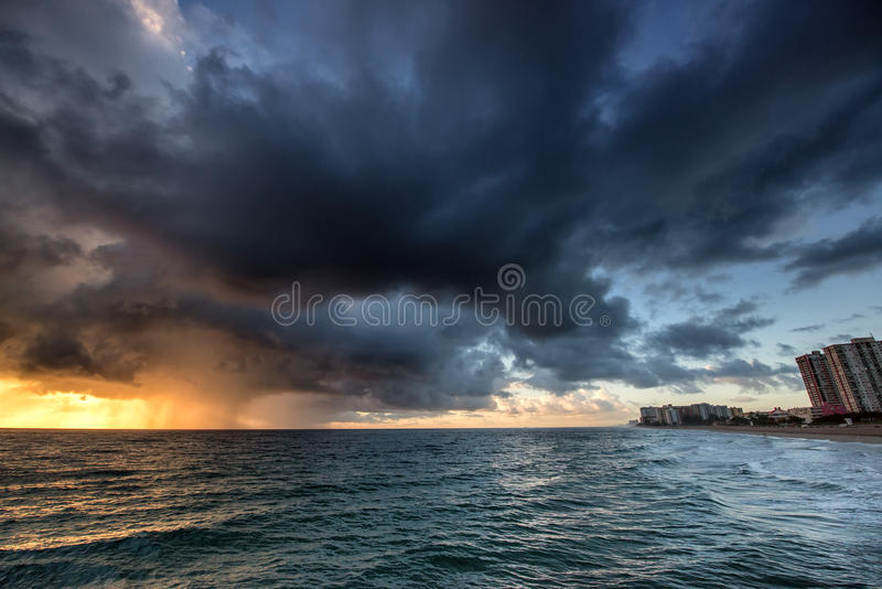 在日出的雨在海洋 免版税库存图片