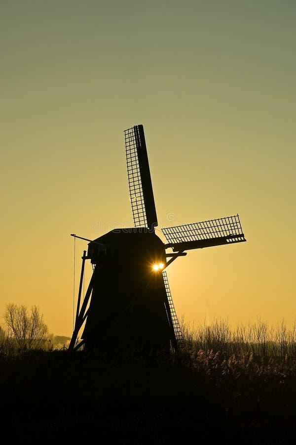 在日出的风车 库存照片