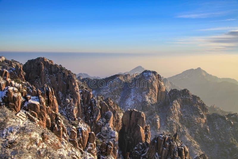 在日出的黄色山与雪 免版税图库摄影