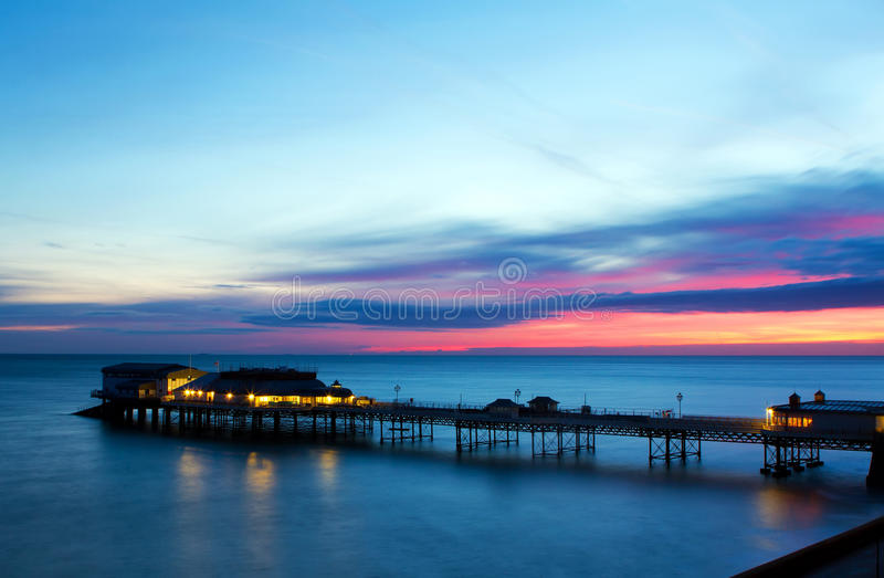 在日出的Cromer码头在英国海岸 库存图片