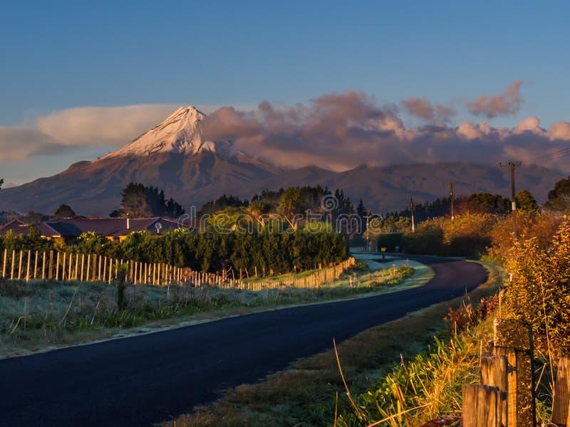 在日出的Mt Taranaki -新普利茅斯,新西兰 库存图片