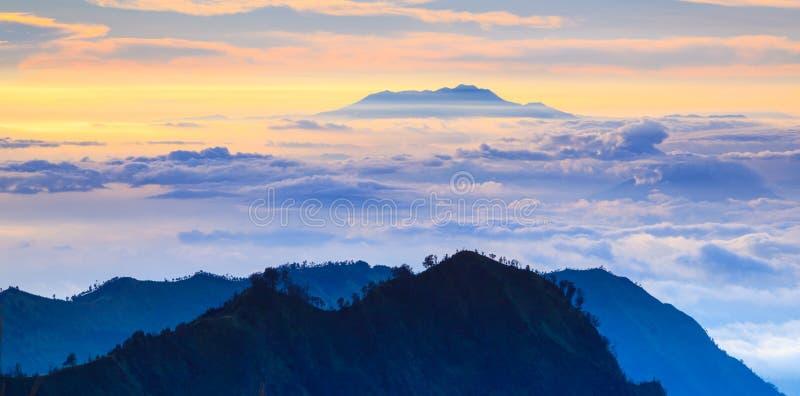 在日出,东爪哇省,印度尼西亚的山愤怒 库存图片