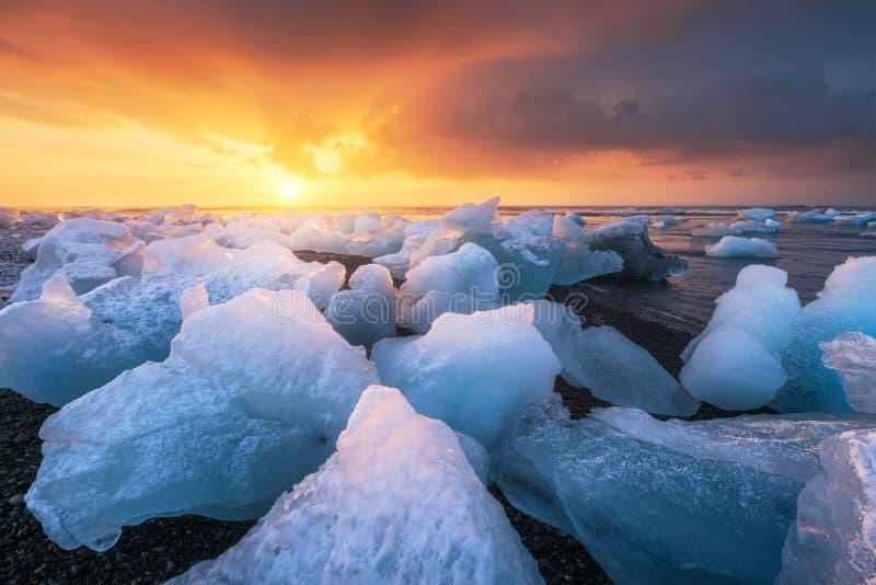 在日出,冰岛期间的Jokulsarlon 免版税图库摄影