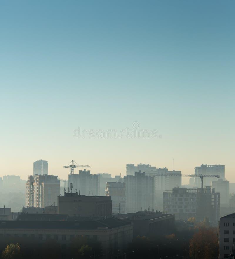 在日出,大厦屋顶,鸟景色的都市风景 免版税库存图片