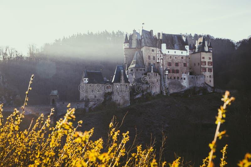 在日出,莱茵兰-普法尔茨州,德国的Eltz城堡 库存照片