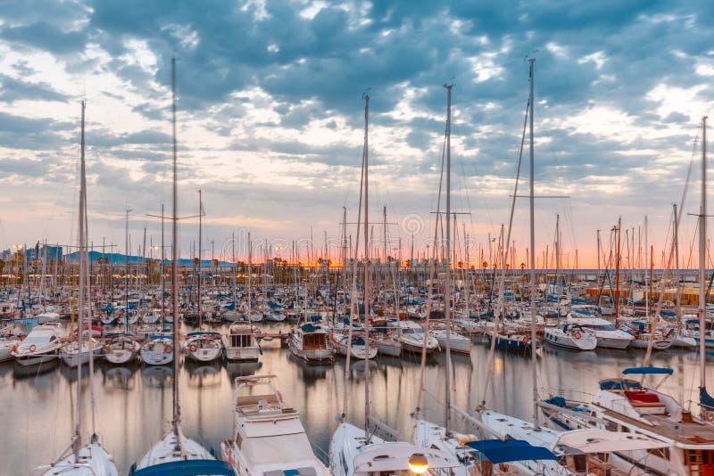 在日出,巴塞罗那,西班牙的小游艇船坞口岸Vell 免版税图库摄影