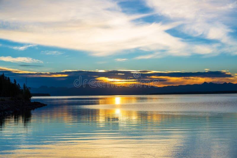 在日出黄石的湖 库存图片