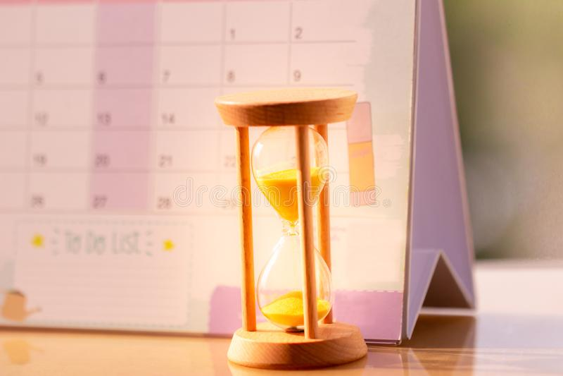 在日历概念的滴漏滑倒的时刻的重要任命日期 库存照片