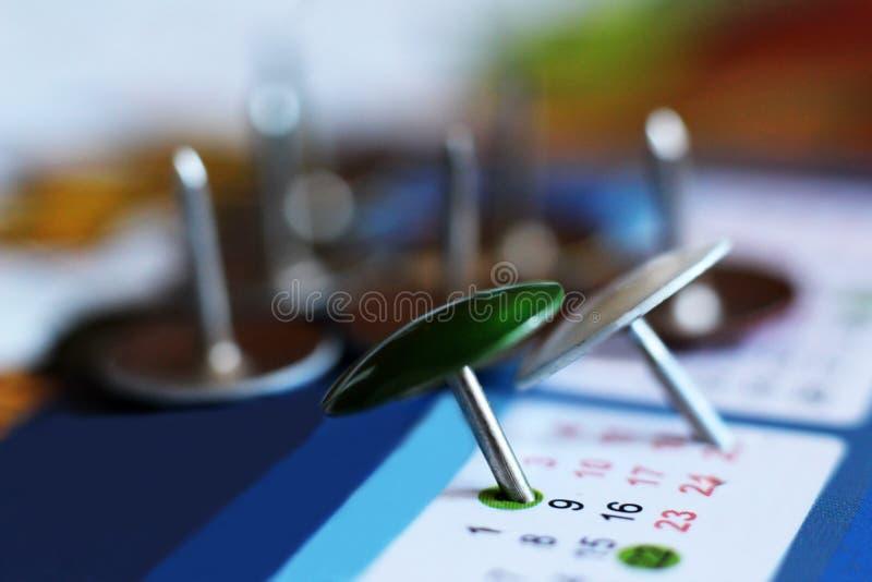 在日历的五颜六色的别针推挤标号 库存照片