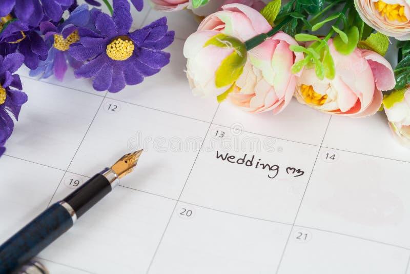 在日历的词婚礼与甜花 免版税库存图片