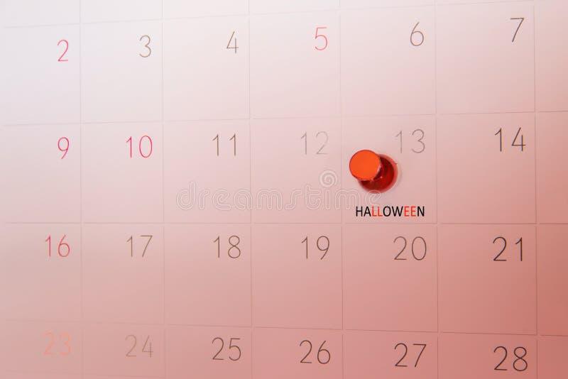 在日历页的红色推挤别针为提醒和被标记的重要ev 免版税库存图片