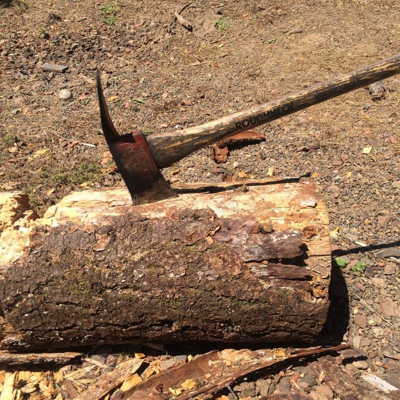 在日志寄宿的轴在砍木头以后 免版税库存图片