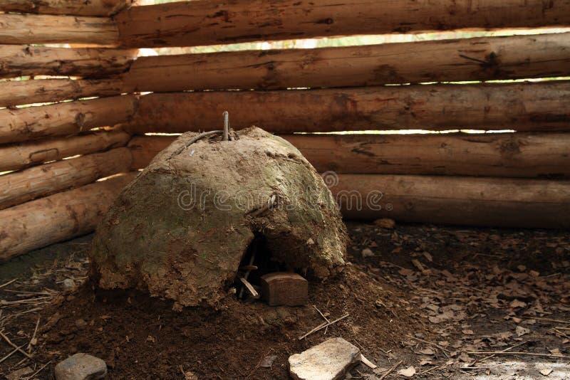 在日志小屋房子里面的泥烤箱在露天博物馆 免版税库存照片