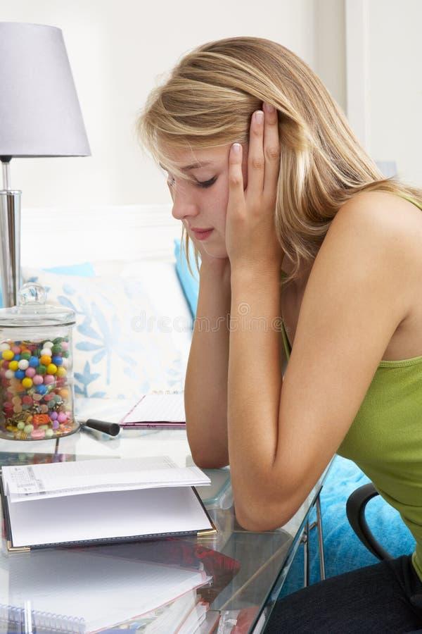 在日志的不快乐的十几岁的女孩文字 库存照片