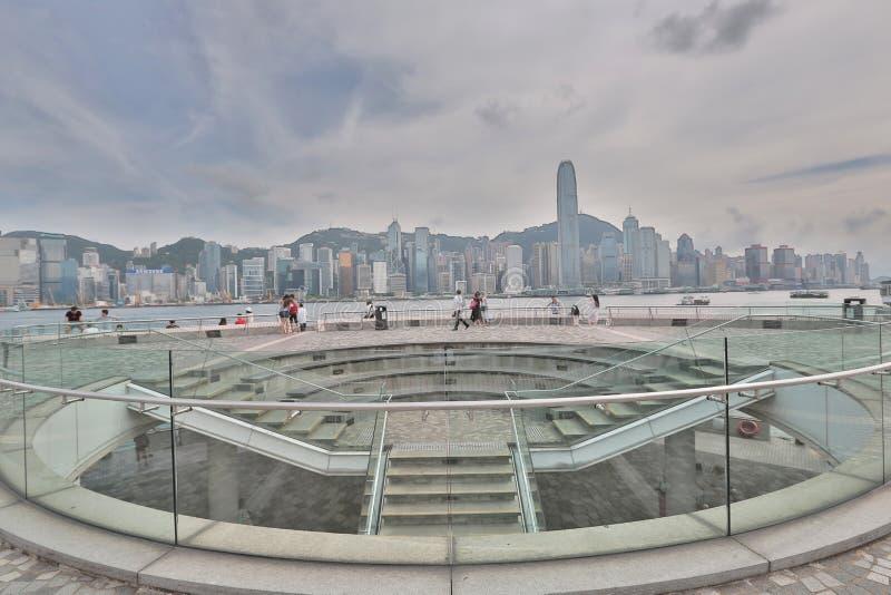 在日时间的香港地平线沿江边 库存照片