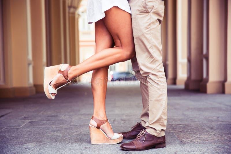 在日期期间,男性和女性腿 库存照片