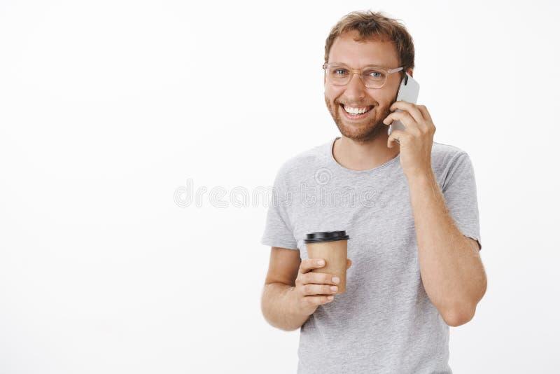 在日期谈话来的男朋友劫掠的咖啡等待的女朋友发笑和热心在智能手机保存设备 免版税库存图片