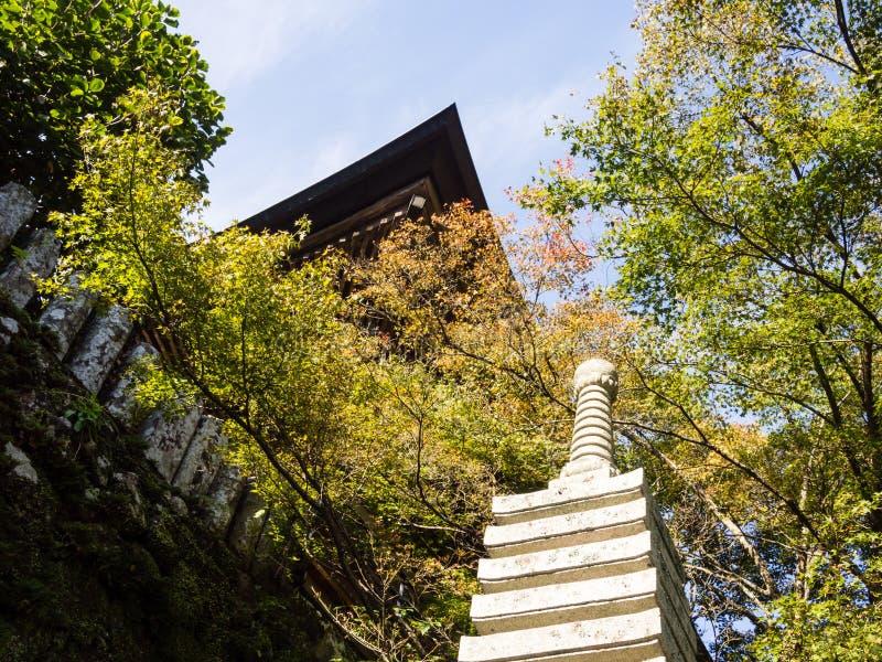 在日本佛教寺庙的石stupa 免版税图库摄影