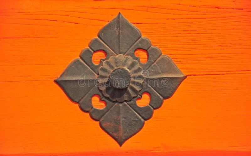 在日本寺庙门的铁装饰 库存图片