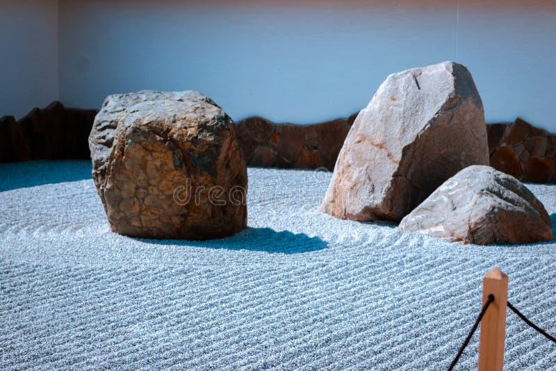 在日本庭院内的石庭院在大瀑布城密执安 免版税库存图片