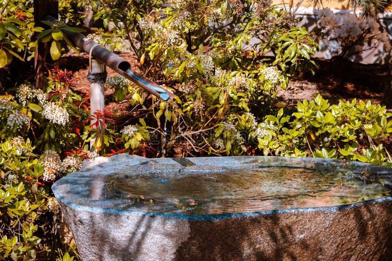 在日本庭院的入口的喷泉在大瀑布城密执安 图库摄影