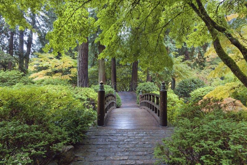 在日本庭院的月亮桥梁 库存照片