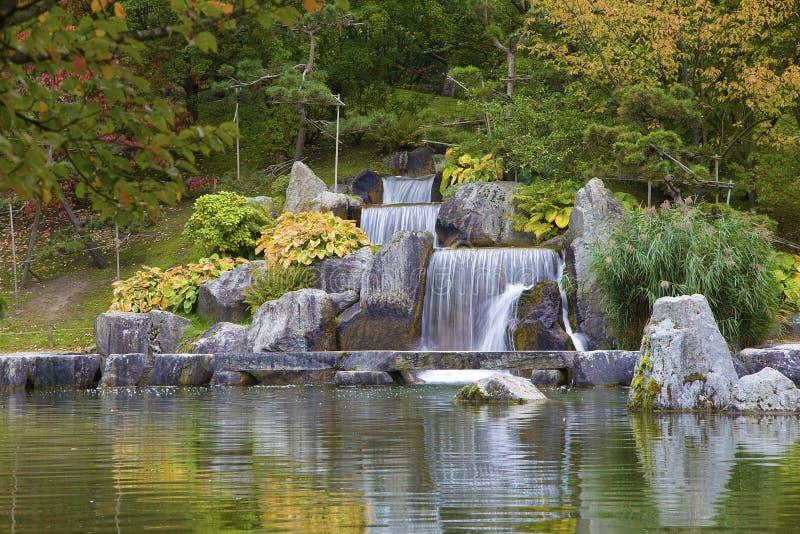 在日本庭院,哈瑟尔特,比利时里落下瀑布 免版税图库摄影