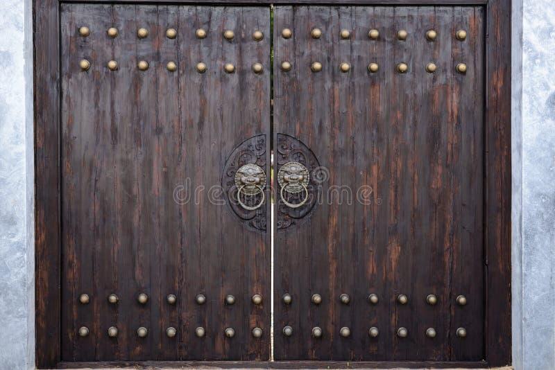 在日本式的巨型的木门 库存照片