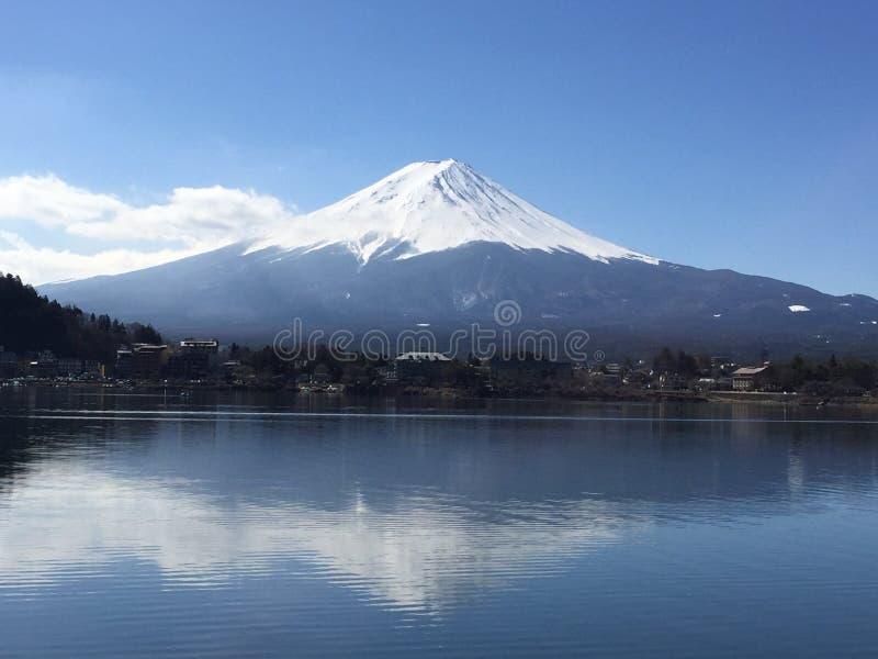 在日本浇灌Fujisan,高山的反射 库存照片