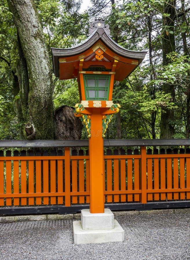 在日本神道圣地的装饰橙色木灯笼 图库摄影