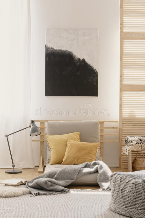 在日本被启发的卧室设计白色墙壁上的抽象绘画  免版税库存图片