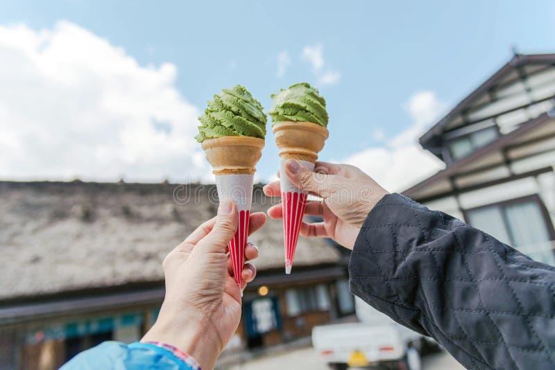 在日本递拿着绿茶冰淇凌 免版税库存图片