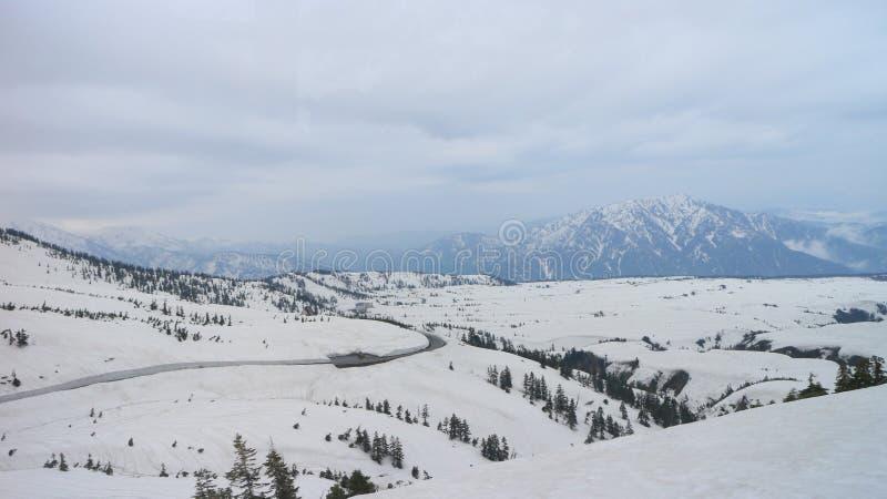 在日本阿尔卑斯雪山的路 库存图片