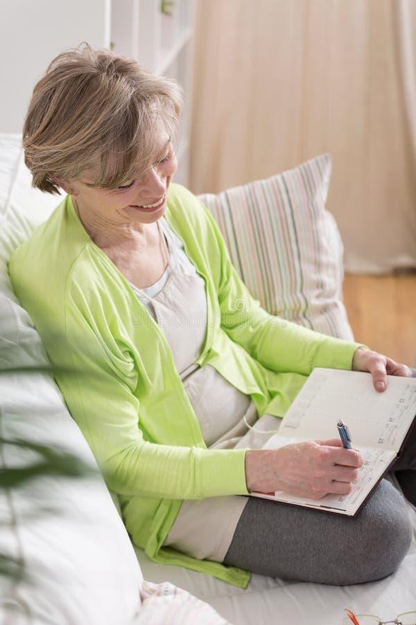 在日程表的妇女文字 库存照片