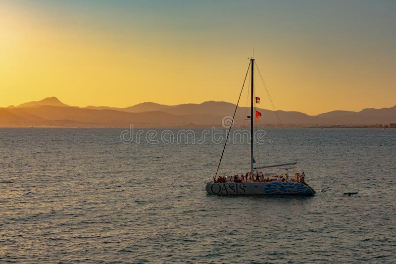 在日落下的小船 免版税库存照片