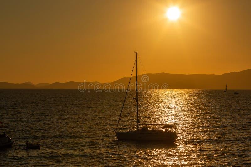 在日落下的游艇 库存照片