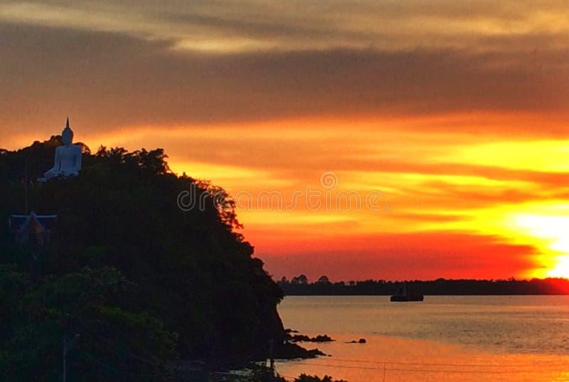 在日落下的菩萨 免版税图库摄影