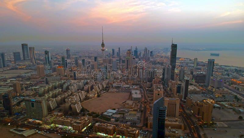 在日落之前的科威特市光 免版税库存照片