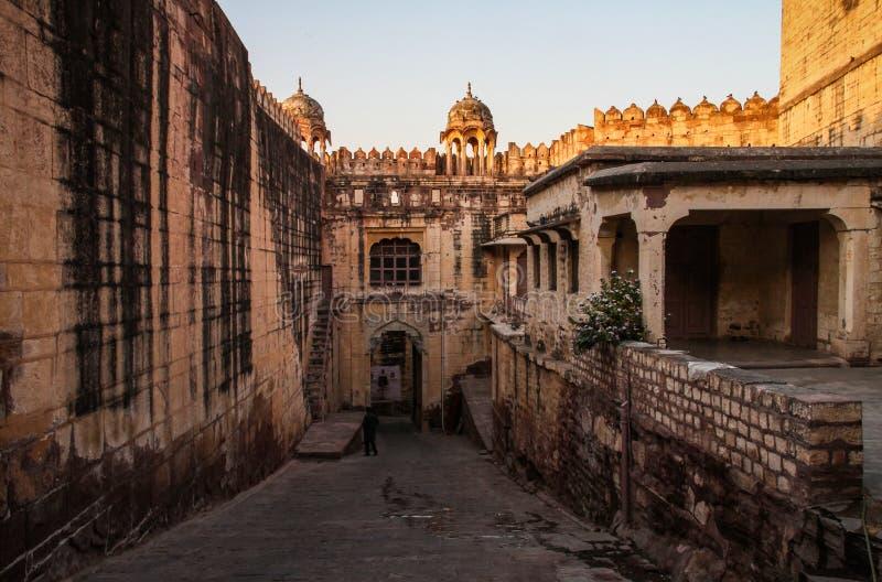 在日落之前的Mehrangarh Mehran堡垒里面,乔德普尔城,拉贾斯坦,印度 免版税库存图片
