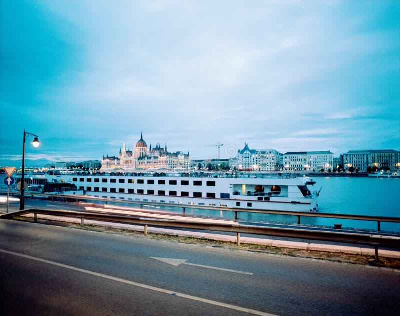 在日落以后的布达佩斯议会 免版税库存照片