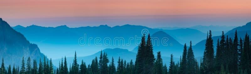 在日落以后的蓝色小时在小瀑布山 免版税库存图片