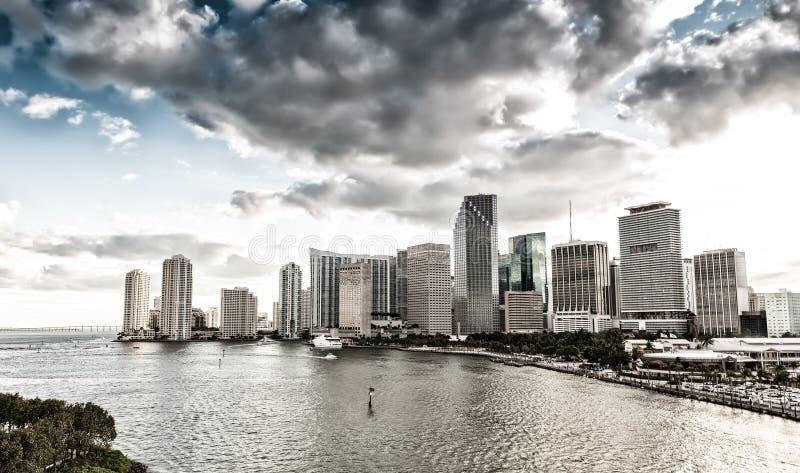 在日落以后的街市迈阿密大厦 美好的城市地平线 免版税库存图片