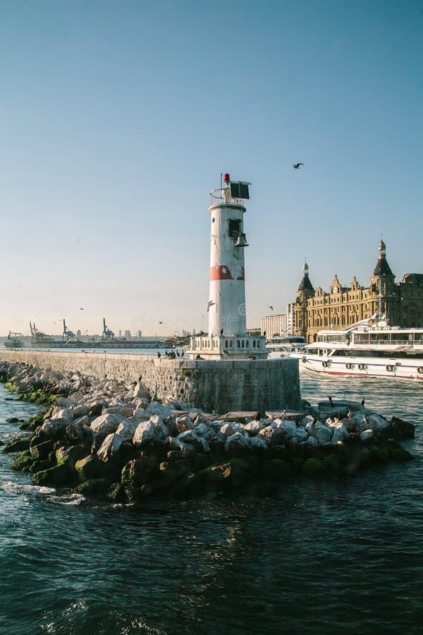 在日落光的灯塔在伊斯坦布尔,土耳其金黄垫铁海湾  库存照片