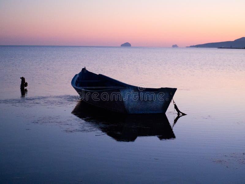 在日落光的葡萄酒渔夫小船 免版税库存图片