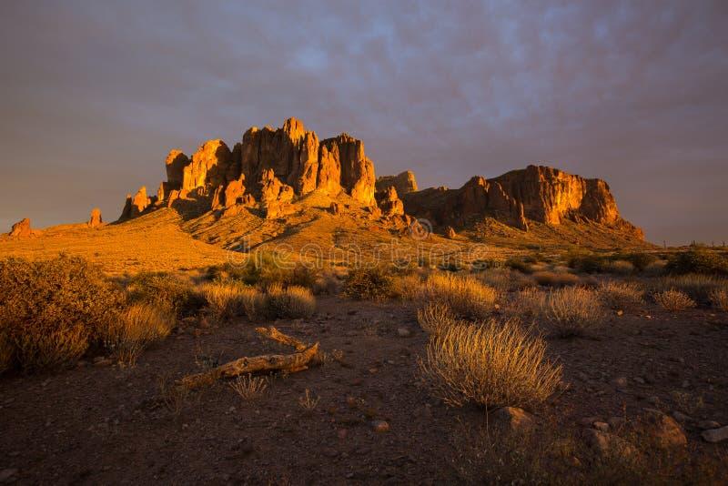 在日落光的迷信山 库存图片