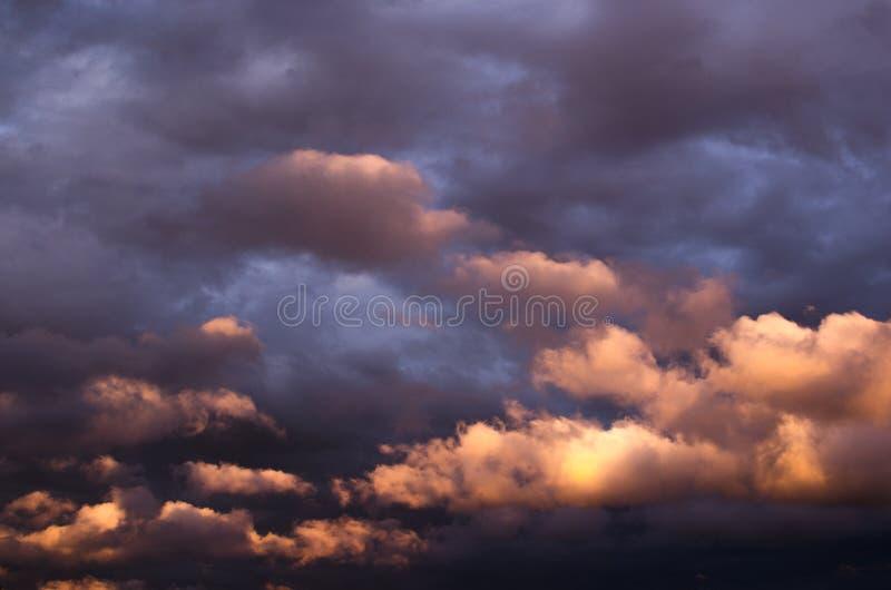 在日落光的暴风云 库存图片