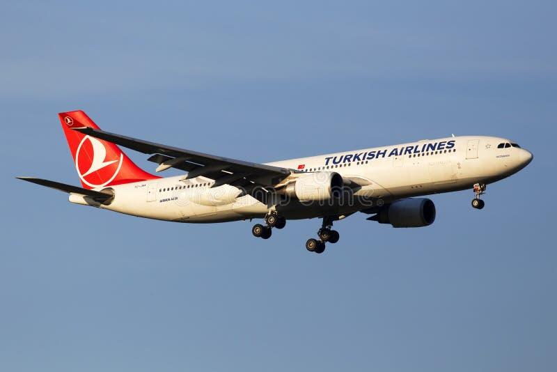 在日落光芒的TC-JNA土耳其航空空中客车A330-203飞机在天空蔚蓝背景 图库摄影