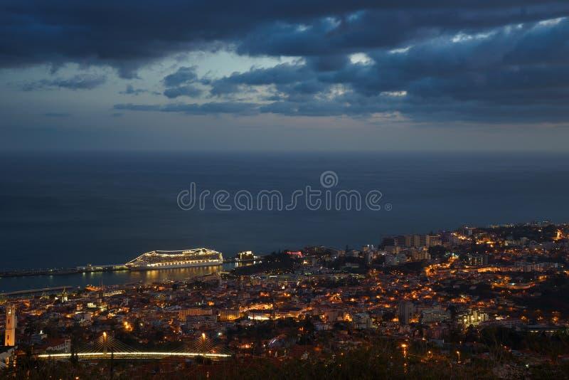 在日落全景以后向有大西洋和游轮的丰沙尔,马德拉岛 图库摄影