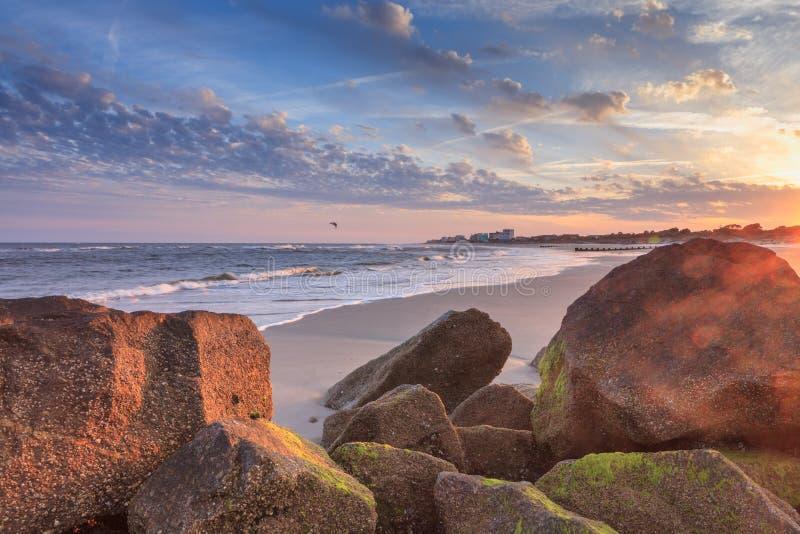 在日落南卡罗来纳的岩石风景愚蠢海滩 库存照片
