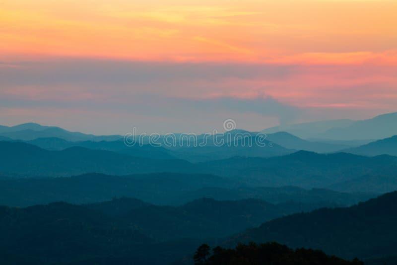 在日落发烟性山国家公园田纳西的山 免版税库存图片